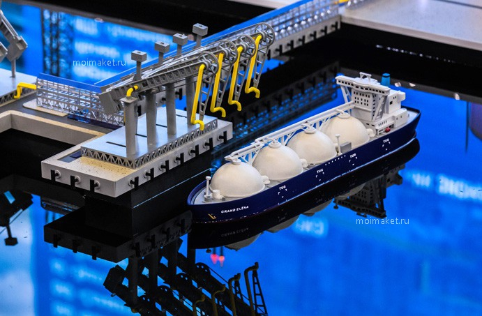Fueling of LNG ship on the model